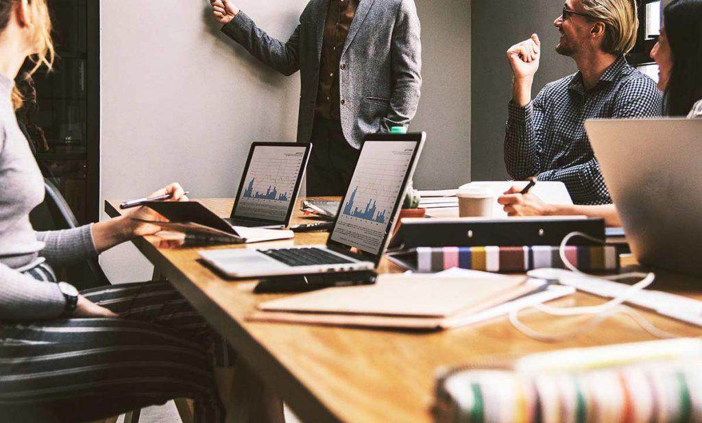 Grupo de Emprendedores en reunión debatiendo ideas
